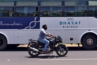 கொரோனா தடுப்பு மருந்தாக மூக்கு வழியாக விடும் சொட்டு மருந்தைத் தயாரிக்கும் ஒப்பந்தத்தை இந்தியாவின் பாரத் பயோடெக் நிறுவனம் பெற்றுள்ளது. கோப்புப்படம்: ராய்ட்டர்ஸ்