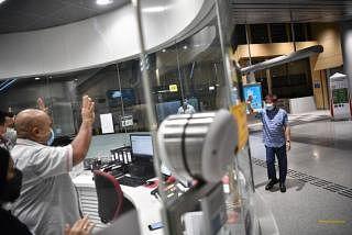 இன்று (ஜூன் 26) கேன்பெரா எம்ஆர்டி நிலையத்தில் ஊழியர்களைப் பார்த்து கையசைத்த திரு கோ பூன் வான். படங்கள்: ஸ்ட்ரெய்ட்ஸ் டைம்ஸ்