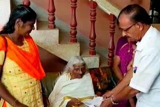 பகீரதி அம்மா நான்காம் வகுப்புப் பாடங்களைப் படித்ததுடன் நில்லாமல் மூன்று பாடங்களில்தேர்வையும்எழுதினார்.  படம்: ஊடகம்