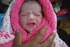 உள்ளூர் நேரப்படி நேற்று (மார்ச் 30) அதிகாலை 12.30 மணிக்கு குழந்தை பிறந்ததாக திருவாட்டி தீபா சுவாமிநாதன் குறிப்பிட்டார். படம்: ItsRainingRaincoats ஃபேஸ்புக் பக்கம்