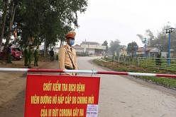 சுமார் 10,000 பேர் வசிக்கும் சொன் லோய் வட்டாரத்தின்அந்த விவசாய கிராமங்களின் எல்லைகளில் காவலர்கள் நிறுத்தப்பட்டுள்ளனர். படம்: ஏஎஃப்பி