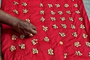 ஒன்று மட்டும் 10 கிராம் எடையிலும் மற்றவை 3.3 கிராம் எடையிலும் இருந்ததாகவும் மொத்தம் 1.716 கிராம் எடையுள்ள தங்க நாணயங்கள் அவை என்றும் கூறப்பட்டது.