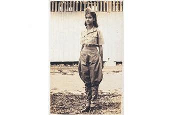 (இடது படம்) சிங்கப்பூரில் ராணுவச் சீருடையை அணிந்திருக்கிறார் வீராங்கனை ராசம்மா. இந்தப் படத்தில் இவருக்கு 19 வயது. ராசம்மாவின் தொப்பி, சிங்கப்பூர் தேசிய அரும்பொருளகத்தில் காட்சிக்கு வைக்கப்பட்டுள்ளது. படங்கள்: சிங்கப்பூர் தேசிய அரும்பொருளகம்