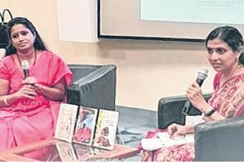 சிங்கப்பூர் எழுத்தாளர்களை அறிமுகப்படுத்தும் 'சிங்கப்பூர் எழுத்தாளர் வரிசை'யில் (SG Author Series)  கடந்த ஆண்டு ஏப்ரல் மாதம் 6ஆம் தேதி திருமதி இன்பாவுடனான (இடது) கலந்துரையாடல் இடம்பெற்றது.