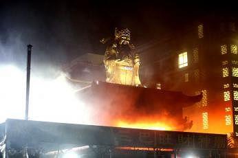 செம்பவாங்கில் அமைந்துள்ள 'காட் ஆஃப் வெல்த்' சீனக் கோயிலில் நேற்றிரவு நிகந்த பயங்கர தீ விபத்தில், அங்கு வாழ்ந்து வந்த 7 நாய்களில் மூன்று தீக்கிரையாகின.  படம்: சிஎம்ஜி