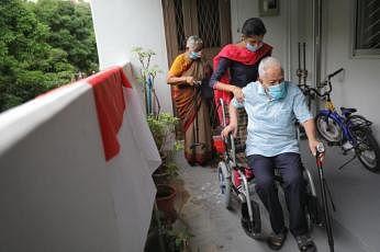93 வயது சங்குனி முனியாண்டி, அவரது துணைவியாரான 83 வயது முத்தம்மா சின்னப்பன் ஆகியோர் காலையிலேயே வாக்களித்தனர்.