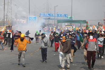 விவசாயிகள்-போலிசார் இடையிலான மோதலால் டெல்லி வன்முறைக் களமாகக் காட்சியளித்தது.  படங்கள்: இபிஏ