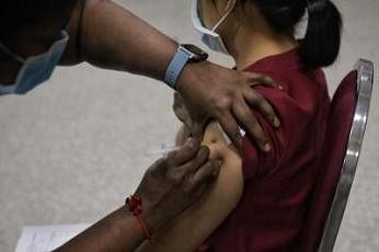 சிங்கப்பூரில் இப்போதைக்கு ஃபைசர்-பயோஎன்டெக் தடுப்பூசியை 16 வயதுக்கு மேற்பட்டவர்களிடத்திலும் மொடர்னா தடுப்பூசியை 18 வயதுக்கு மேற்பட்டவர்களிடத்திலும் பயன்படுத்த அனுமதி வழங்கப்பட்டுள்ளது. படம்: ஸ்ட்ரெய்ட்ஸ் டைம்ஸ்