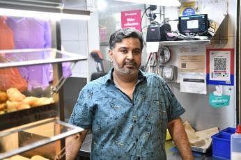 கிட்டத்தட்ட 38 ஆண்டுகளாக உணவுக் கடை அனுபவம் உள்ள திரு. சம்சுதின் அப்துல் ரஹ்மான். படங்கள்: திமத்தி டேவிட், ஸ்ட்ரெய்ட்ஸ் டைம்ஸ்