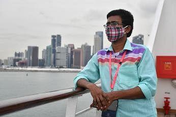 இந்திய நாட்டவரான ராஜகோபால் சத்தியவாசன் காலையில் எழுந்ததும் யோகா, சிங்கப்பூர் நீரிணையின் கண்கவர் காட்சியை ரசிப்பது என்று நாளைத் தொடங்குகிறார். படங்கள்: ஸ்ட்ரெய்ட்ஸ் டைம்ஸ்