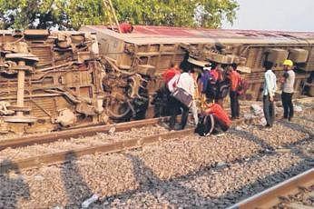 கான்பூர் அருகே தடம் புரண்ட விரைவு ரயில்; 13 பேர் காயம்