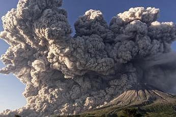 மூன்று கிலோ மீட்டர் உயரத்துக்கு சூடான சாம்பலை எரிமலை கக்கியது. படம்: ராய்ட்டர்ஸ்