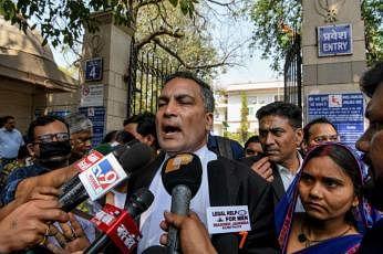 குற்றவாளி அக்ஷய் தாக்கூரின் வழக்கறிஞர் ஏ.பி.சிங் செய்தியாளர்களிடம் பேசியபோது, தாக்கூரின் மனைவி புனிதா தேவி (வலது) உடன் இருந்தார். படம்: ஏஎஃப்பி