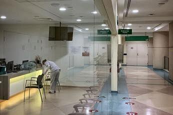 டான் டோக் செங் மருத்துவமனையின் 'எண்டோஸ்கோப்பி' நிலையத்தில் இருக்கைகளைச் சுத்தப்படுத்தும் ஊழியர். படம்: ஸ்ட்ரெய்ட்ஸ் டைம்ஸ்