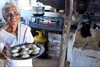 கோவையைச் சேர்ந்த கே.கமலாத்தாள் பாட்டி, 85. இவர் கடந்த 30 ஆண்டுகளாக இட்லி அவித்து, விற்றுப் பிழைப்பு நடத்தி வருகிறார். படம்: இணையம்