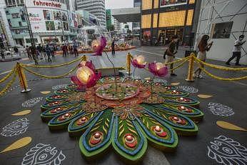 தீபாவளி எங்கள் வாழ்வில் ஒளியேற்றும்: நம்பிக்கையுடன் மலேசிய கடைக்காரர்கள்