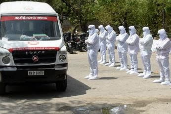 ஒவ்வோர் 24 மணி நேரத்திற்கும் சராசரியாக 5,900 பேர் பலியாவதாக ராய்ட்டர்ஸ் கணக்கீடு கூறுகிறது. படம்: ஏஎஃப்பி