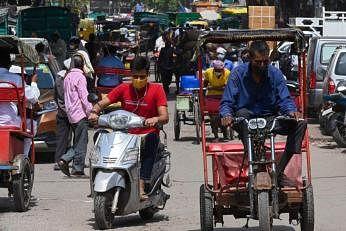 புதுடெல்லி சாலைகளில் போக்குவரத்து அதிகரிக்கத் தொடங்கியுள்ளது. படம்: ஏஎஃப்பி