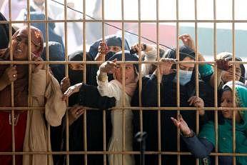 ஜலலாபாத் நகரில் உள்ள பாகிஸ்தான் தூதரகத்தில் விசாவுக்கு விண்ணப்பிக்க காத்திருந்த பெண்கள். படம்: ராய்ட்டர்ஸ்