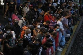 பிரேசிலின் சாவ் பாவ்லோ நகரில் ரயிலில் ஏற காத்திருக்கும் பயணிகள். படம்: இபிஏ