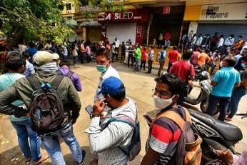 இந்தியாவின் மகாராஷ்டிர மாநிலம், புனே நகரில் உள்ள 'ரெம்டெசிவிர்' மருந்துக்கான வேதியியலர் சங்க அலுவலகத்திற்கு வெளியே வரிசையில் நிற்கும் மக்கள். படம்: ஏஎஃப்பி