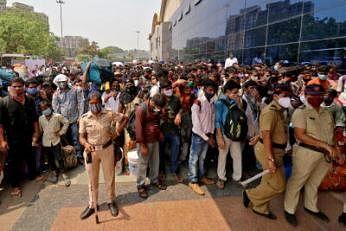 இந்தியாவின் மும்பை நகரில் உள்ள ரயில் நிலையம் ஒன்றுக்குள் நுழைய பெரும் கூட்டமாகக் காத்திருக்கும் பயணிகள். படம்: ராய்ட்டர்ஸ்