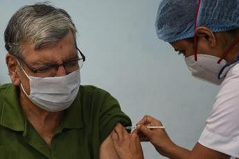 இந்தியாவில்  கொரோனா கிருமித்தொற்று காரணமாக ஒரே நாளில் 98 பேர் உயிரிழந்தனர். படம்: ஏஎஃப்பி