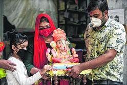 அகமதாபாத் நகரில் விநாயகர் சிலையை வாங்கிச் செல்லும் பக்தர்கள். படம்: ஏஎஃப்பி