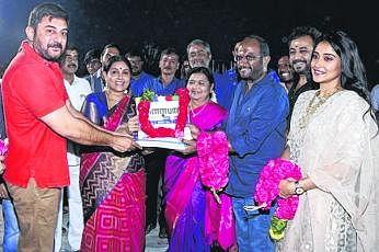 அரவிந்த்சாமி, ரெஜினா நடிப்பில் உருவாகி வரும் படம் 'கள்ளபார்ட்'.  படத்தை ராஜபாண்டி இயக்குகிறார். படம்: ஊடகம்