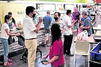 செங்காங் குழுத்தொகுதியில் தோல்வி கண்ட மசெக அணியின் திரு இங் சீ மெங், திரு அம்ரின் அமின், டாக்டர் லாம் பின் மின், திரு ரேமண்ட் லாய் ஆகியோர் நேற்றுக் காலை வாக்காளர்களுக்கு நன்றி கூறினர். படம்: இங் சீ மெங் ஃபேஸ்புக்