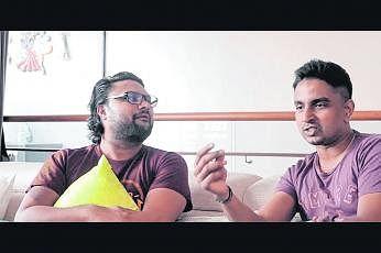 பல்கலைக்கழகத்தின் முன்னாள் மாணவர்களான கார்த்திகேயன் சோமசுந்தரம், சரவணன் அய்யாவு ஆகியோர் நகைச்சுவை நாடகத்தில் இடம்பெற்றனர். படம்: என்யுஎஸ் தமிழ்ப் பேரவை