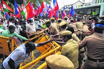 விவசாயிகளை ஆதரித்து சென்னையில் நடைபெற்ற மறியல் போராட்டத்தின் போது போலிசாருக்கும் போராட்டக்காரர் களுக்கும் இடையே தள்ளுமுள்ளு ஏற்பட்டது. படம்: இபிஏ