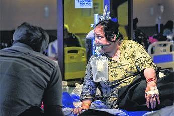 புதுடெல்லி மருத்துவமனை ஒன்றில் ஆக்சிஜன் உதவியுடன் சுவாசிக்கும் கொவிட்-19 நோயாளி. படம்: இந்திய செய்தி நிறுவனம்