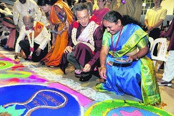 2009ஆம் ஆண்டில் எங்கர்வேல் சமூக மன்றத்தில் தமிழ்ப் புத்தாண்டுக் கொண்டாட்டத்தில் கலந்துகொள்ளும் பிரதமர் லீ சியன் லூங்.அனுஷியா பூக்கடை உரிமையாளர் திரு ஜெயசெல்வம் கட்டிய பூமாலையை அவர் அணிந்திருக்கிறார். படம்: ஸ்ட்ரெய்ட்ஸ் டைம்ஸ்