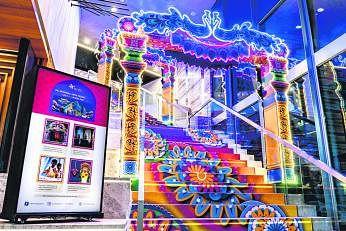 கொவிட்-19 காலக் கொண்டாட்டம்:  மிளிரும் மரபுடைமை நிலையம், வாடாத 100,000 மலர்கள்