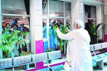 புதுடெல்லியில் உள்ள ராம் மனோகர் லோஹியா மருத்துவமனைக்கு நேற்று சென்ற பிரதமர் மோடி, ஒரு பில்லியன் தடுப்பூசி போடும் இலக்கை எட்டிய மகிழ்ச்சியை அங்குள்ள மருத்துவப் பணியாளர்களுடன் பகிர்ந்துகொண்டார். படம்: ஏஎஃப்பி