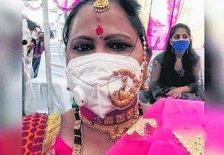 நகை அலங்கார முகக்கவசத்துடன் கவிதா ஜோஷி.படம்: இந்திய ஊடகம்