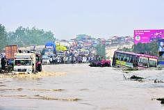 உத்தரப் பிரதேச மாநிலத்தில் ராம்பூர் அருகே கோசி ஆறு பெருக்கெடுத்து மேம்பாலச் சாலையை மூழ்கடித்துவிட்டதால் மக்கள் பரிதவித்து நிற்கிறார்கள். படம்: ஏஎஃப்பி